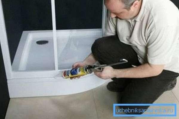На фото - герметизация швов кабинки.