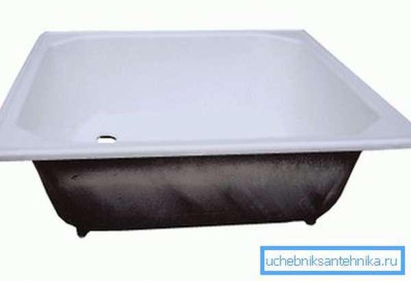 На фото: глубокий чугунный поддон для душа 90х90 может быть использован и как ванная для ребенка, что очень удобно
