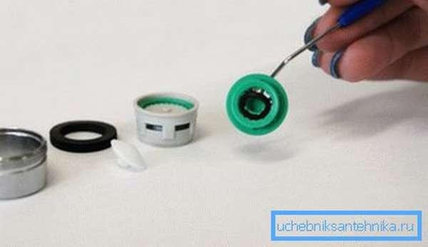 На фото – идет процесс установки нового кольца для изменения расхода