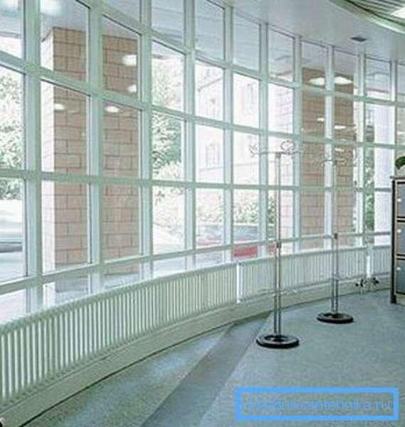 На фото: иногда радиаторы не только источник тепла, но и элемент декора помещения