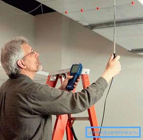 На фото - измерение параметров потока воздуха в воздуховоде.