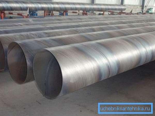 На фото изображены трубы, изготовленные с применение технологии сварки спиралевидным швом