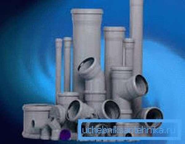 На фото канализационные фитинги и трубы.