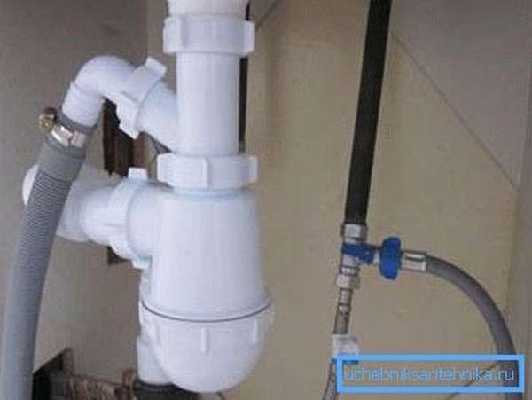 На фото: каждая раковина оснащается специальной системой, которая предотвращает попадание неприятных запахов из канализации