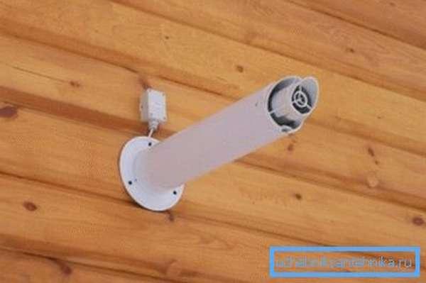 На фото – коаксиальный дымоход в деревянном доме