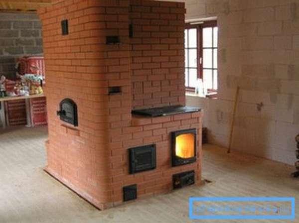 На фото - колпаковая печь Кузнецова в интерьере загородного дома