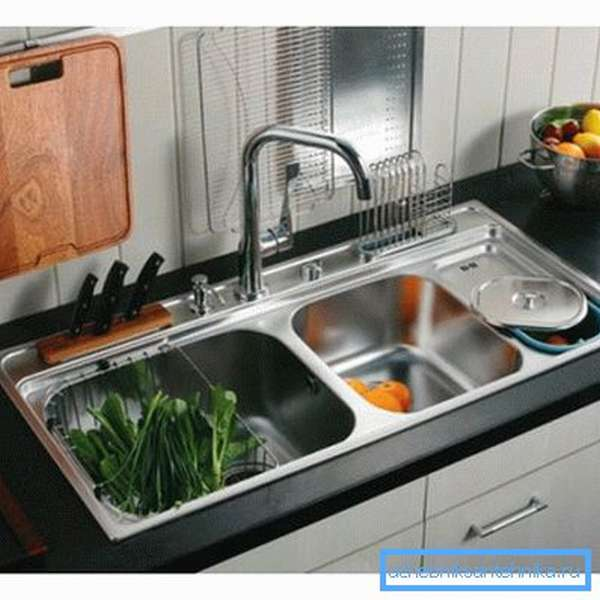 На фото – кухонной функциональность мойки с двумя чашами