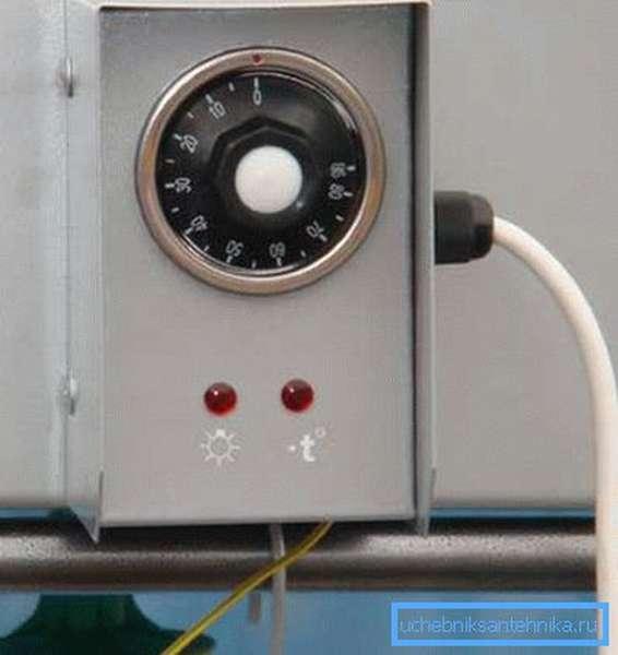 На фото - летняя душевая кабина с терморегулятором