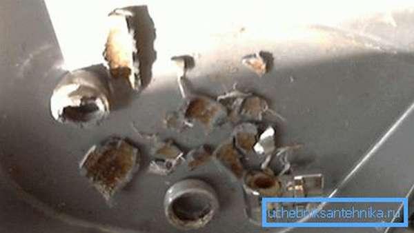 На фото лейка из силумина после падения на кафель