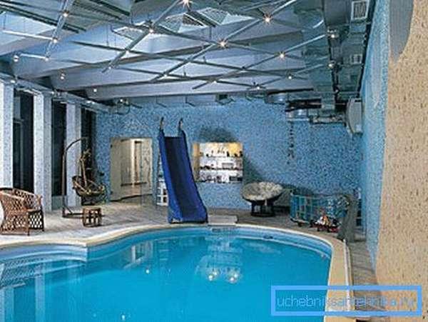 На фото можно увидеть воздуховоды, расположенные над водой под потолком.