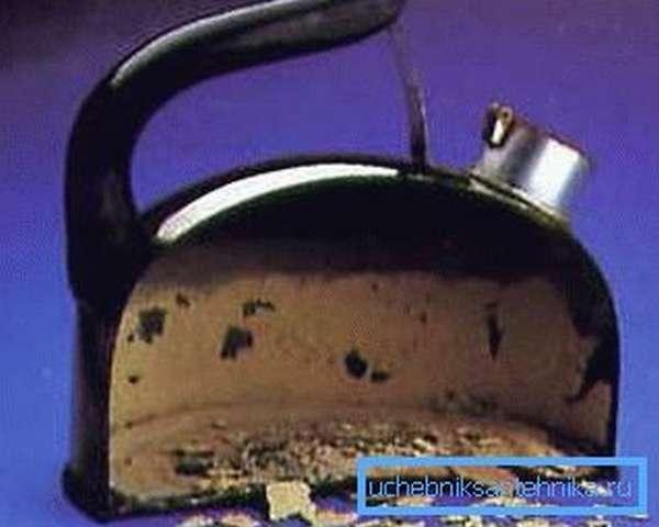 На фото - накипь после кипячения жесткой воды