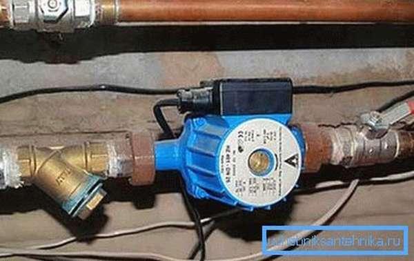 На фото: насос отвечает за перемещение теплоносителя по системе