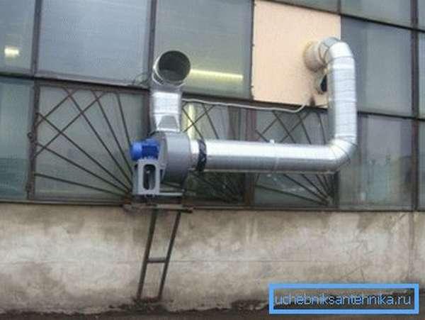 На фото – обустроенная система воздухообмена на промышленном предприятии