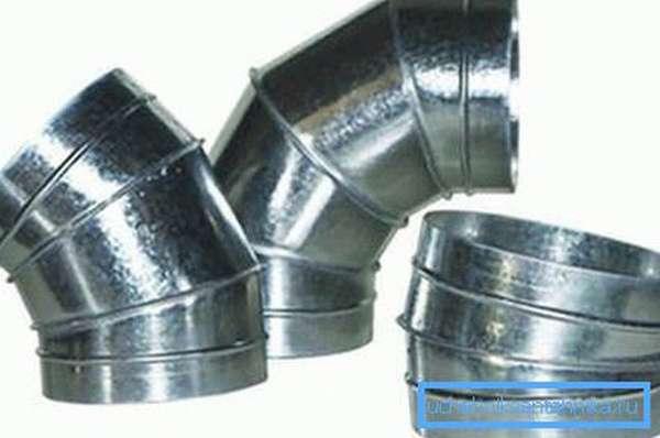 На фото - отводы с круглым сечением, изготовленные из оцинкованной стали
