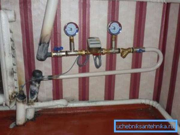 На фото парные стояки соединены горизонтальной разводкой на несколько радиаторов. Сомнительное решение.