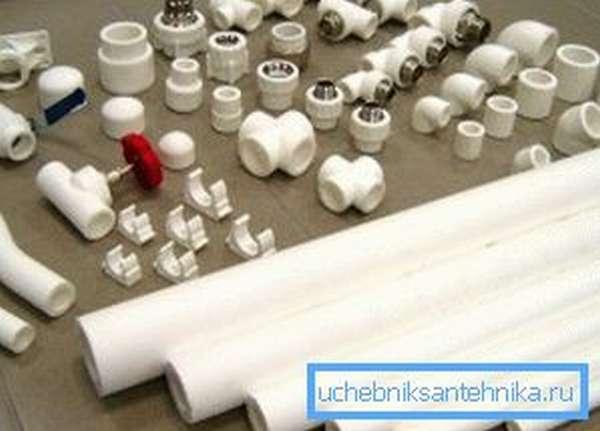 На фото – пластиковые трубы и соединительные элементы