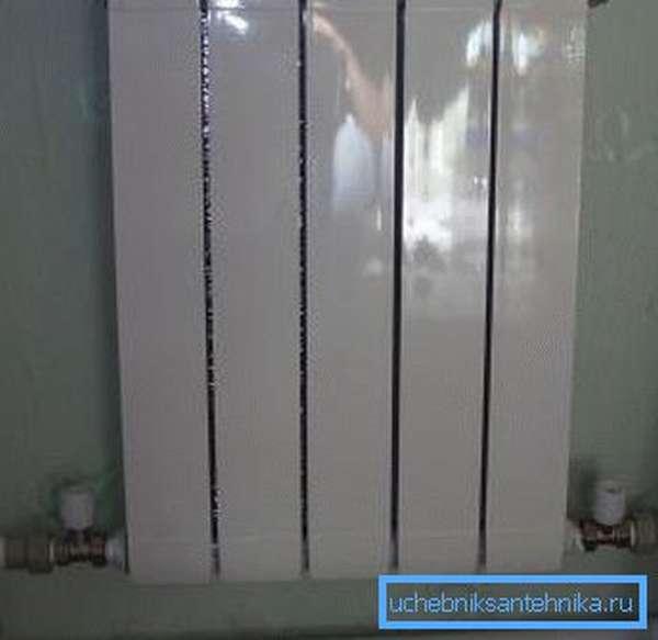 На фото - подключенный к магистрали радиатор отопления
