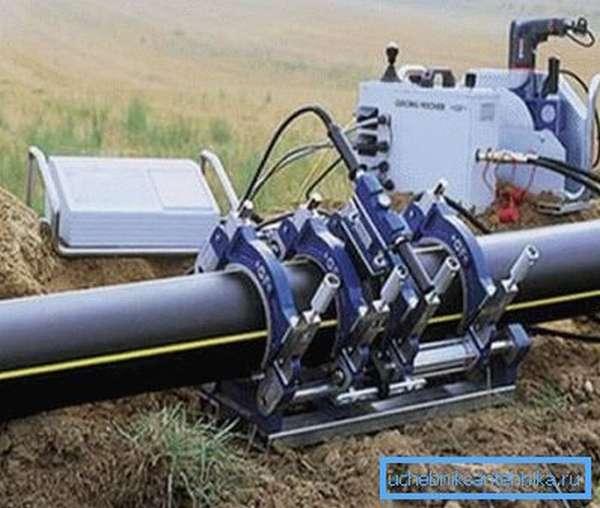 На фото показан монтаж трубопровода методом сварки.