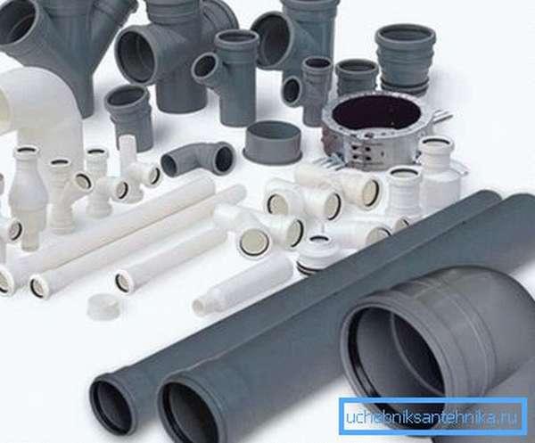 На фото показан набор комплектующих для монтажа пластиковой канализации.