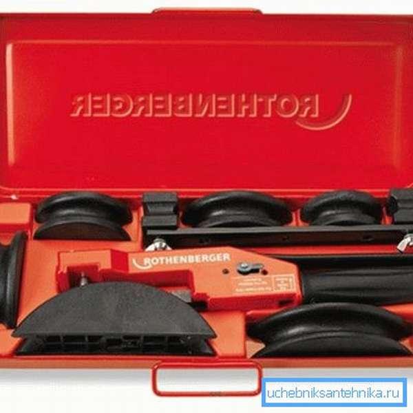 На фото показан набор ручного инструмента для работы с металлопластиковыми водопроводами.