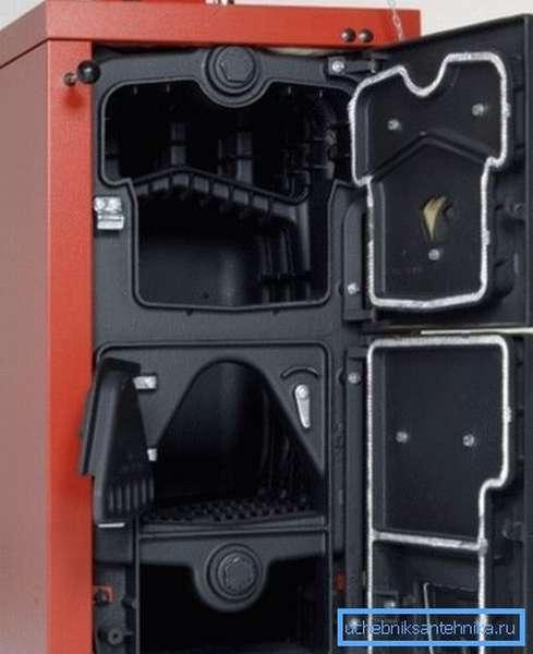 На фото показан напольный твердотопливный котел мощностью 18 кВт.