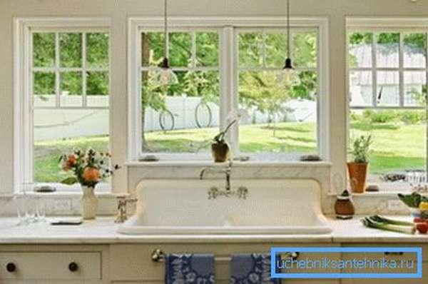 На фото показан панорамный вид на внутренний двор из кухонного окна.