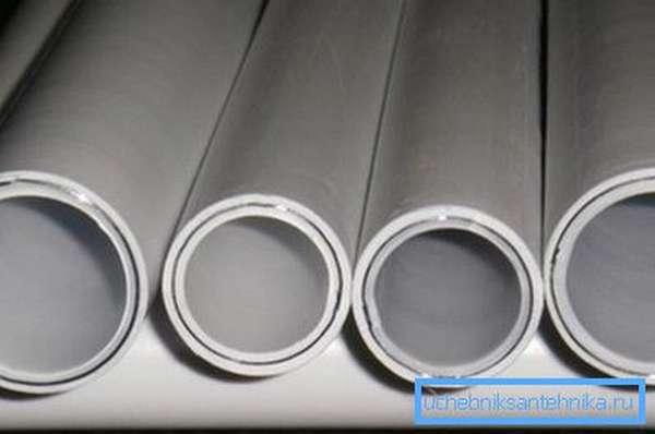 На фото показан торцевой срез металлопластиковой трубы.