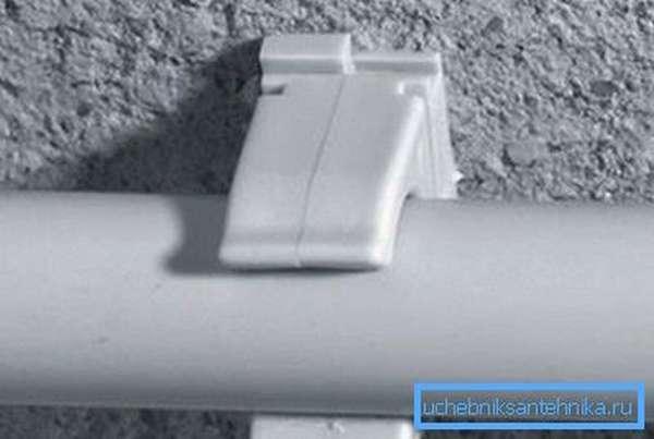 На фото показана клипса с трубой.