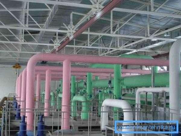 На фото показана окраска щелочепроводящих труб в соответствующий регламенту цвет.
