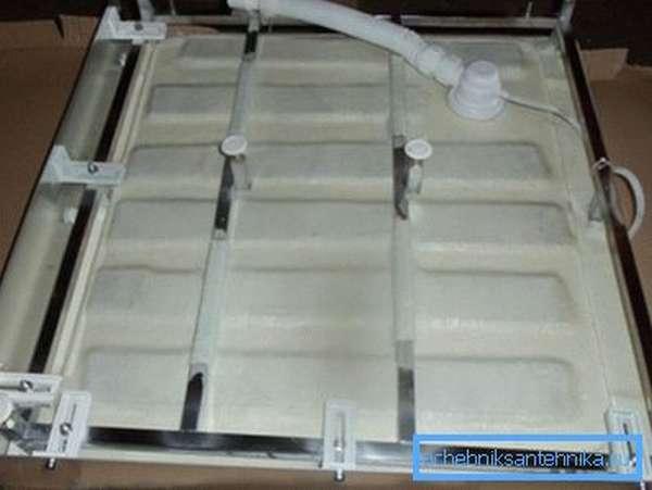 На фото показано металлическое основание для монтажа мелкого поддона.