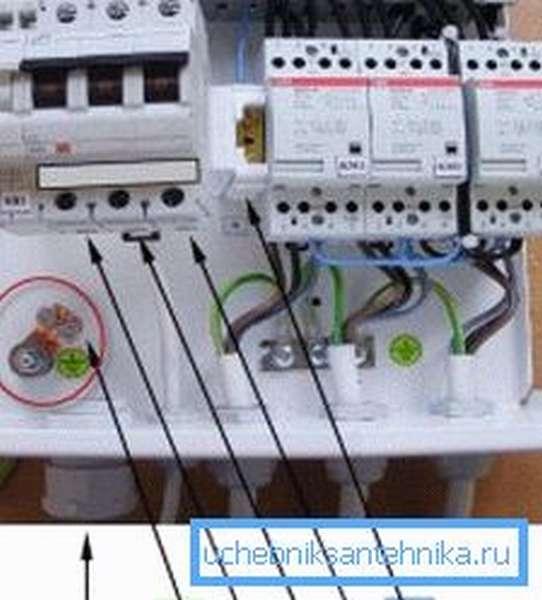 На фото показано правильное подключение проводов