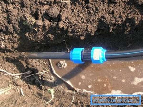 На фото полиэтиленовый водопровод уложен в сырой грунт.