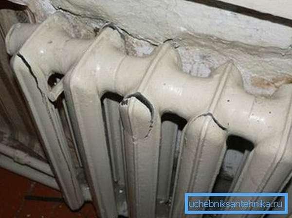 На фото - последствия гидроудара в системе отопления.