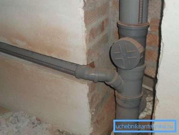 На фото: правильно оборудованный стояк – гарантия бесперебойной работы всей системы канализации