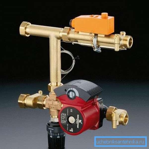 На фото представлен один из вариантов сборки смесительного модуля для водяного теплого пола.