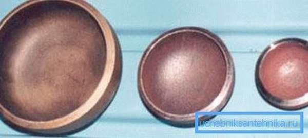 На фото представлены разноразмерные заглушки из металла.
