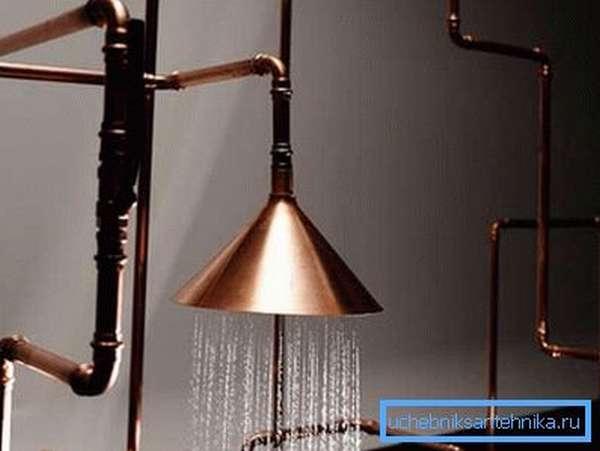 На фото представлены смелые изгибы труб, которые создают сюрреалистическое впечатление