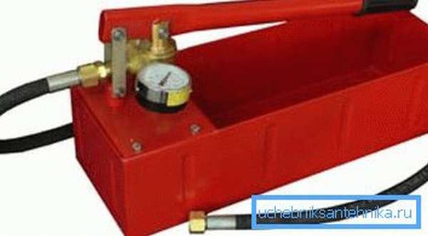 На фото – прибор для опрессовки систем отопления