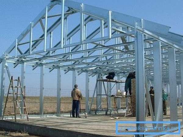 На фото - применение металлоизделий в индивидуальном строительстве