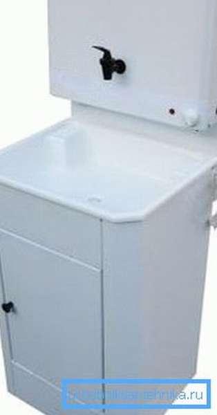На фото – пример дачного умывальника, бак оборудован ТЭНом для подогрева воды