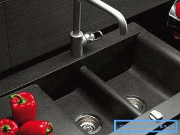 На фото – пример необычной раковины, которая отлично вписывается в строгий стиль оформления кухни