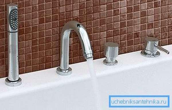 На фото – пример, в котором душевой шланг спрятан за ванну