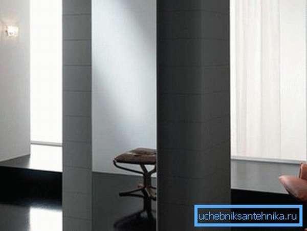 На фото – пример вертикальной батареи с зеркальной панелью