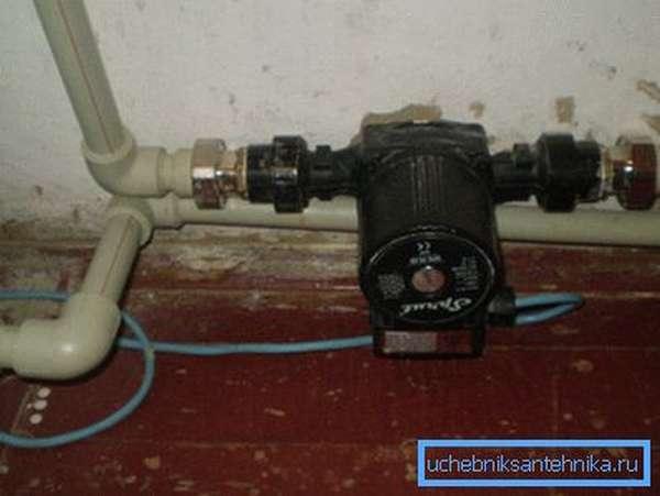 На фото - принудительная система отопления с насосом