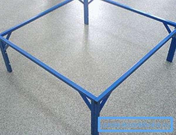 На фото продемонстрированы специальные ножки-опоры, на которые устанавливаются поддоны
