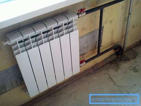 На фото – произведена замена чугунного радиатора отопления на биметаллический