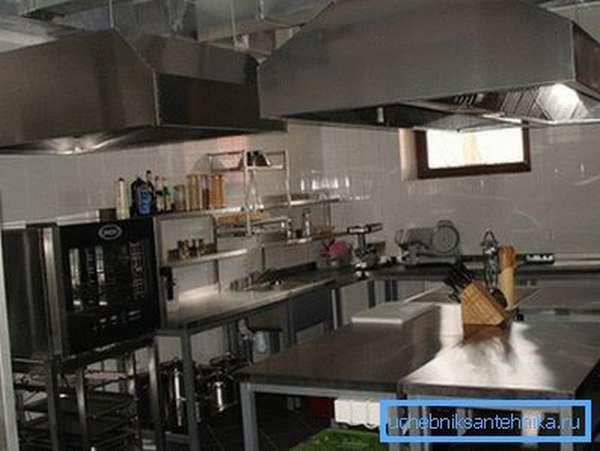 На фото – промышленные кухонные вытяжные установки