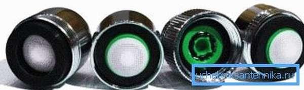 На фото – простые водосберегающие насадки-аэраторы