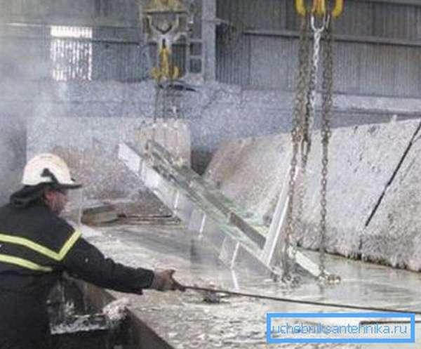 На фото – процесс горячего цинкования стальных деталей