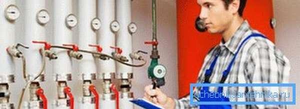 На фото – проверка систем отопления